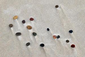 DSC 5287-Steine-im-Sand-BEWEGUNG-BODEN